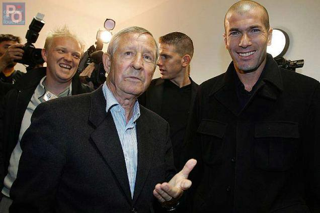 This file photo taken on October 11, 2007 shows French football legends Raymond Kopa (L) and Zinedine Zidane in Colmar.