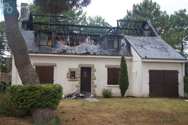 La toiture a été complètement détruite par les flammes.