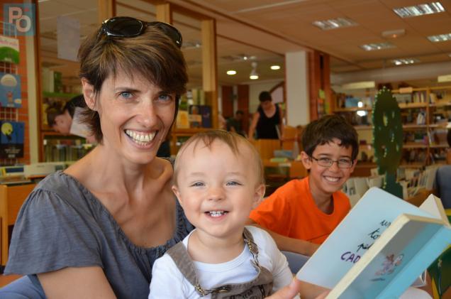 Marie-Dominique fréquente les bibliothèques municipales avec Thomas, 14 mois et Axel, 9 ans. Photo PO-PLD