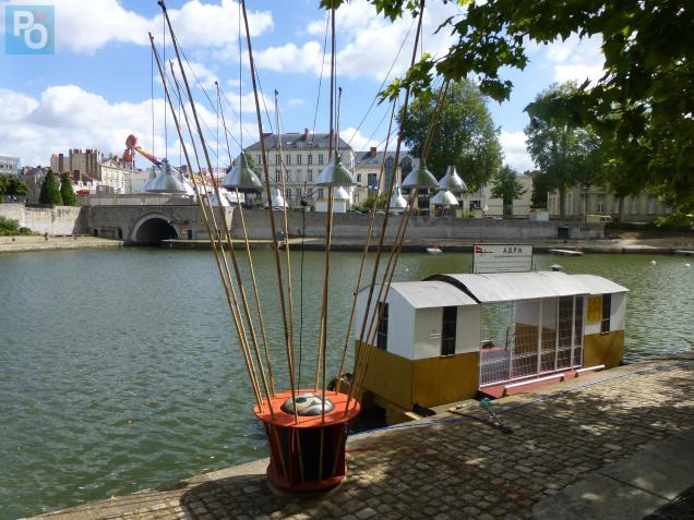 Bassin Ceyneray, un lampadaire spécial Rendez-Vous de l'Erdre, au fond la fête foraine.