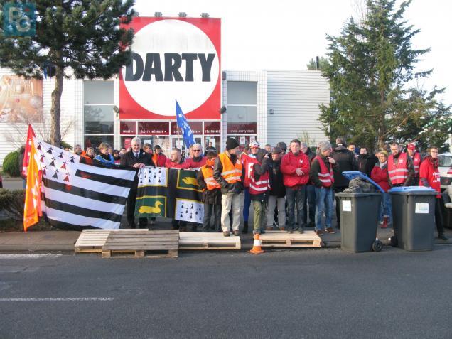 Il y avait plus de militants syndicaux que de clients ce matin dans la zone de Trignac.