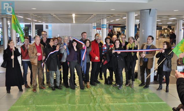 La secrétaire nationale d'Europe écologie les Verts organise un petit «happening» à l'aéroport de Nantes
