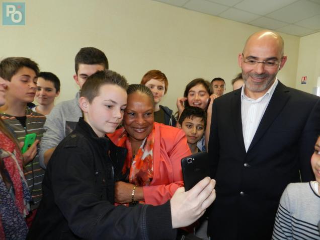 La ministre s'est prêtée au jeu des selfies avec les collégiens.