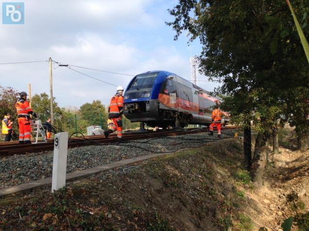 Les techniciens de la SNCF au chevet du TER, lundi à Sainte-Pazanne.
