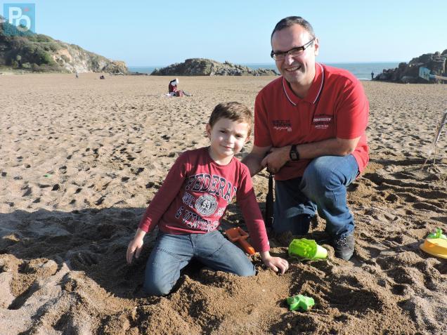 À Saint-Marc, Adrien profite de la plage avec Didier, son papa.