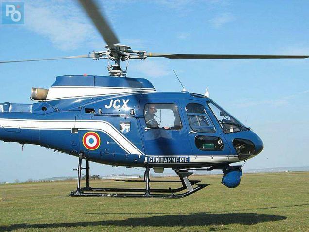 L'hélicoptère de la gendarmerie survole le secteur.