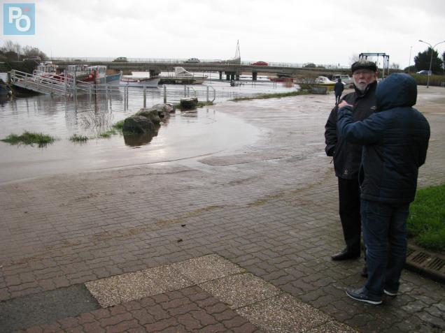Dès 17h15, des habitants étaient présents au port pour voir si l'eau allait monter.