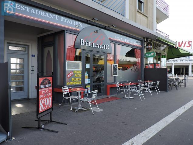 La pizzeria est située face à la gare SNCF.