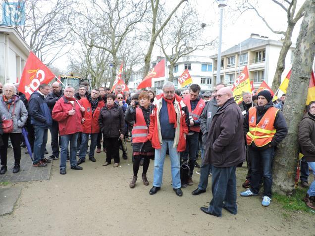 Les militants se sont retrouvés devant la sous-préfecture de Saint-Nazaire.
