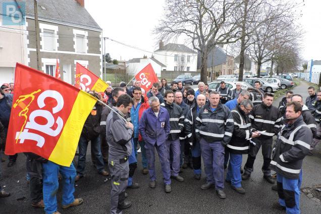 Près de 150 personnes ont débrayé ce matin devant Sides.