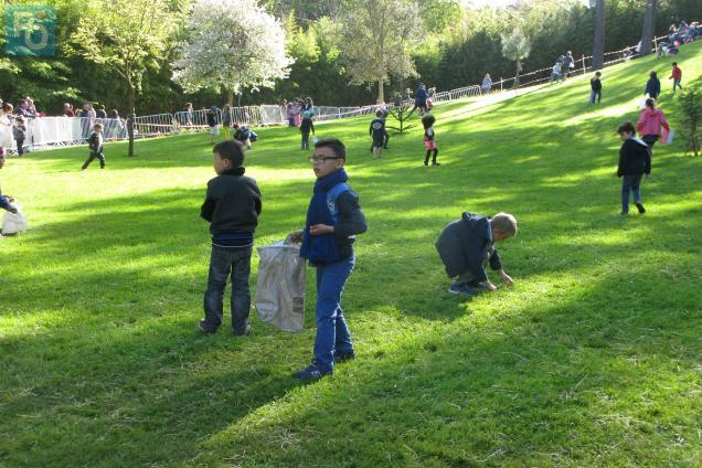En quête de jetons oranges dans l'herbe verte: il en fallait dix pour avoir un petit sac de cocos en chocolat.