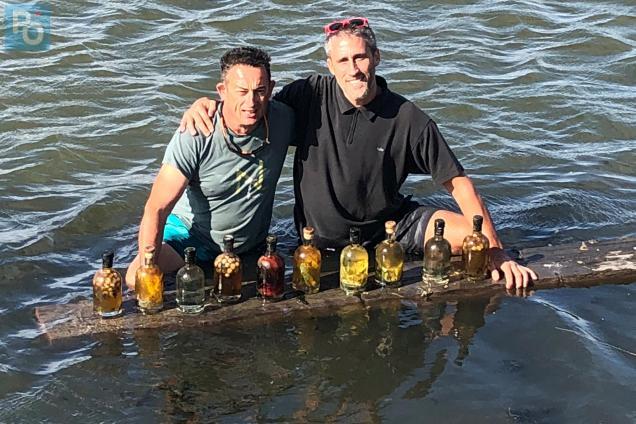 Pornic - 20/09/2018 - Insolite Aux Moutiers, des bouteilles de rhum arrangé plongées dans une saline