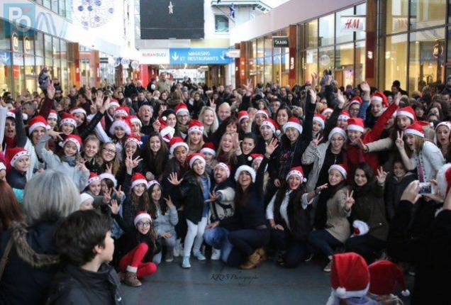 Environ 140 danseurs de Dans'Club ont réalisé un flash mob pour fêter Noël au Ruban bleu dans une super-ambiance!!!