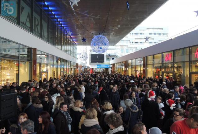 Des milliers de personnes dans les rues de la ville